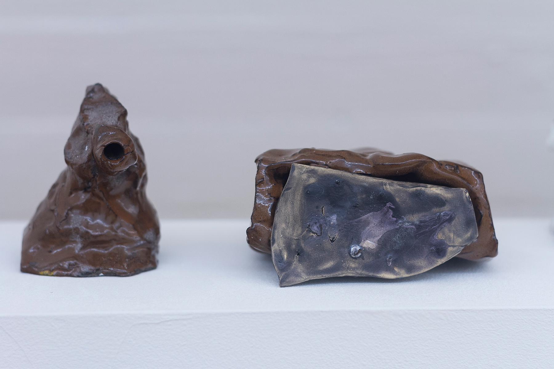 Adriano Costa, Shot Right Now, Please, 2018, glazed ceramic, 10 x 9 x 6 cm; The Gift, 2018, glazed ceramic, 11 x 6 x 11,5 cm